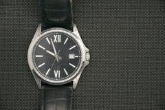 Luxe mannelijk polshorloge over gecontroleerde achtergrond met exemplaarruimte Elegante horlogetoebehoren Stock Foto's