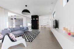 Luxe moderne zitkamer stock afbeelding