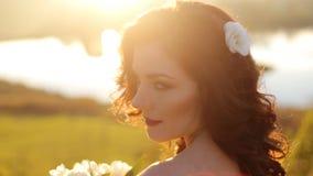 Luxe modieuze jonge bruid op de achtergrond stock video