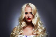 Luxe mooie jonge vrouw met gezond krul blond haar royalty-vrije stock afbeeldingen