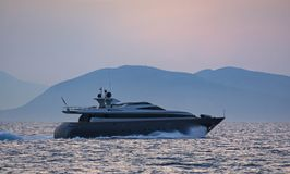 Luxe motor-jacht bij de schemer Stock Foto