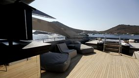 Luxe motoryacht binnenland stock video