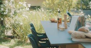 Luxe openluchtkeuken in een grote binnenplaats stock videobeelden