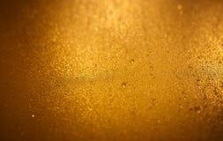 Luxe in reliëf gemaakte gouden achtergrond met dalingen royalty-vrije stock afbeelding