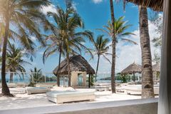 Luxe tropisch strand op de zomer stock afbeeldingen
