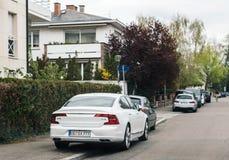 Luxe Volvo S90 D4 in stad wordt geparkeerd die Stock Afbeeldingen