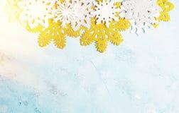 Luxe witte en gouden sneeuwvlokken op lichtblauwe achtergrond De winter, Kerstmis, Nieuw jaarconcept stock fotografie