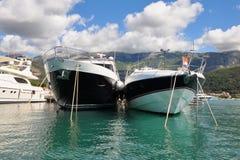 Luxe yacts bij jachthaven wordt vastgelegd die Mooie toneelbaai Heldere zonnige dag met blauwe hemel en bergen op de achtergrond  royalty-vrije stock foto