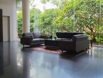 Luxe zwarte bank in luxeruimte Stock Afbeeldingen