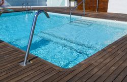 Luxe zwembad royalty-vrije stock afbeelding