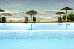 Luxe zwembad met mening Stock Afbeeldingen