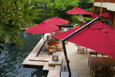 Luxebar met rode parasols royalty-vrije stock afbeelding