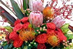 Luxeboeket van verse bloemenprotea en rozen stock foto