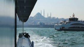 Luxeboten die door Bosporus, Blauwe Moskee mooie mening, toerisme varen stock video