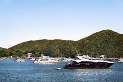 Luxeboten in een baai van Hong Kong Island worden verankerd dat royalty-vrije stock afbeeldingen