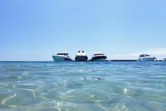 Luxeboten op het strand royalty-vrije stock foto's