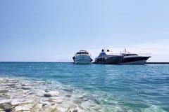 Luxeboten op het strand royalty-vrije stock afbeelding