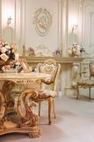 Luxeflat, comfortabele klassieke woonkamer Luxueus uitstekend binnenland met open haard in de aristrocratische stijl stock afbeelding