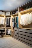 Luxegang in kast/kleedkamer met verlichting royalty-vrije stock foto's