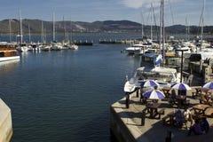 Luxehaven met havenrestaurant stock fotografie