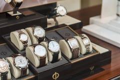 Luxehorloges voor Verkoop in de Vertoning van het Winkelvenster Royalty-vrije Stock Afbeelding