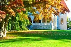 Luxehuis bij de herfst Royalty-vrije Stock Afbeelding