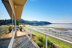 Luxehuis met stakingsdek en privé strand Puget Sound vi Stock Foto