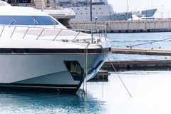 Luxejacht in zeehaven wordt gedokt die Marien parkeren van moderne motorboten en blauw water stock fotografie