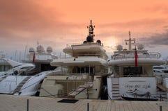 Luxejachten bij zonsondergang stock foto's