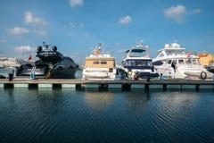 Luxejachten die bij Vilamoura-Jachthaven op een zonnige dag worden vastgelegd royalty-vrije stock afbeelding