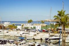 Luxejachten op het dok bij de Dubbelpunt van Puerto van de jachtclub, Costa Royalty-vrije Stock Foto
