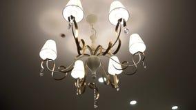 Luxekroonluchter Close-up van moderne verlichtingslamp wordt geschoten met gloeilampen op een plafond dat stock video