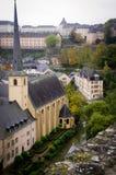 Luxembourg kyrka och flod Arkivbild