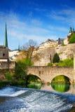 Luxembourg på den Alzette floden med kurs i sommar Royaltyfria Bilder