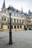 LUXEMBOURG STAD, LUXEMBOURG - JULI 01, 2016: Storslagen hertiglig slott Arkivfoto