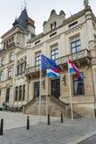 LUXEMBOURG STAD, LUXEMBOURG - JULI 01, 2016: Storslagen hertiglig slott Royaltyfria Foton