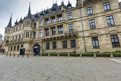 LUXEMBOURG STAD, LUXEMBOURG - JULI 01, 2016: Storslagen hertiglig slott Royaltyfri Foto
