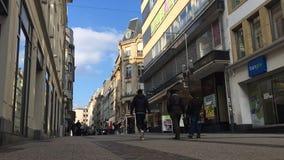 Luxembourg stad, storslagen rue för huvudsaklig fot- gata stock video