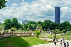 Luxembourg trädgårdar på Montparnasse tornbakgrund Arkivbild