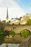 Luxemburg - Brücke über Alzette-Fluss an einem sonnigen Tag Lizenzfreies Stockbild
