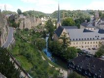 Luxemburg, Menschen des Altertumswand und moderne Gebäude Stockfotos