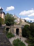 Luxemburg, Menschen des Altertumswand und moderne Gebäude Lizenzfreie Stockfotos
