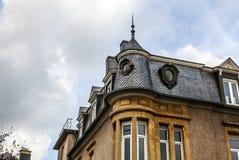 LUXEMBURGO - 30 DE OCTUBRE DE 2015: Arquitectura tradicional de los edificios y de las señales europeos del vintage en Luxemburgo Imagen de archivo