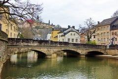 Luxemburgo - puente sobre el río de Alzette Foto de archivo libre de regalías