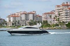 Luxemotorboot die in het strand van Miami rennen Royalty-vrije Stock Foto's