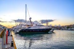 Luxemotorboten en jachten bij het dok Marina Zeas, Piraeus, stock fotografie