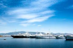 Luxemotorboten en jachten bij het dok Marina Zeas, Piraeus, Gr. stock afbeelding