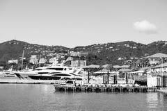 Luxereis op boot, watervervoer De jachten legden op zee pijler op berglandschap vast Zeehaven en stad op zonnig blauw stock foto's