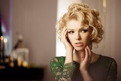 Luxerijke vrouw zoals Marilyn Monroe royalty-vrije stock fotografie