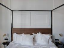 Luxeruimte en tweepersoonsbed van hotel stock foto